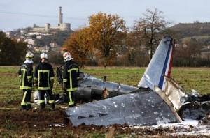 La carcasse du superbe Fouga Magister a été transportée par camions à la base de Toulouse-Francazal pour y être examinée. Photo Jean-Marie Lamboley.