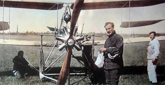 Le 27 juillet 1910 à l'aube, Armand Dufaux s'équipe pour le départ imminent du vol.