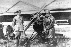 Thoret et un officier italien, devant l'Albert TE-1 en été 1926. Photo MAE.