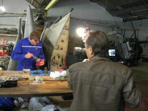 La caméra de Jean-Pierre Rivet, France 3 Alpes, filme le travail d'un bénévole.