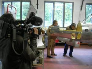 La caméra de Jean-Pierre Rivet, France 3 Alpes, saisit la mise en place d'une partie du nez du Fouga pour contrôle.