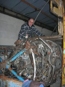Serge réceptionne les fourches du chariot élévateur.