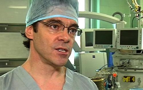 Le docteur Marc Bilodeau, qui a traité le Père Noël à son arrivée à l'hôpital de Kuujjuaq, affirme que celui-ci souffre de très sérieuses blessures et que l'on craint toujours pour sa vie.