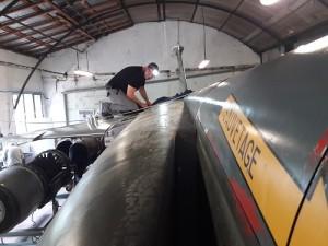 Steve travaille sur l'emplanture de l'aile droite, deux jours après le montage des plumes du Mirage F1-CT, samedi 6 juin à Excenevex (Haute-Savoie).