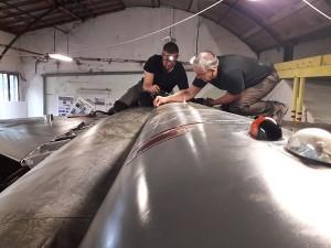 Steve et Eric (à droite) sur le dos du Mirage F1, en train de remettre une trappe de visite, samedi 6 juin.